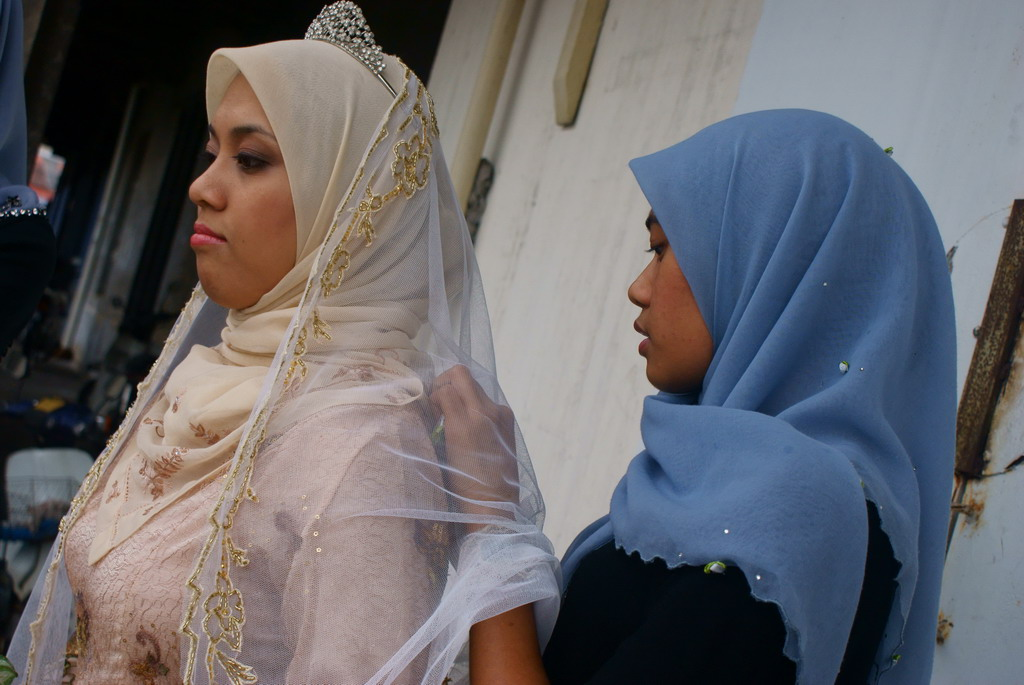 Kak Ilah : &quot;Aaa... your veil needs to be a bit tucked-in, Emme. Here, let me do it..&quot;