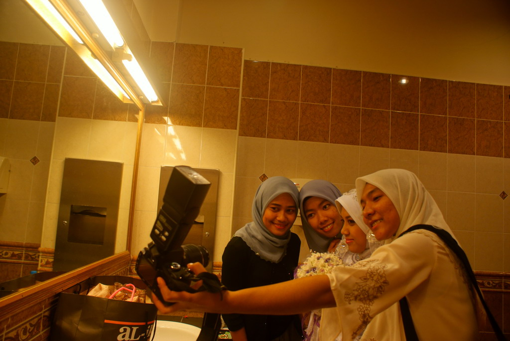 &quot;Girls, say CHEESE...!!&quot;     ('KLIK !')
